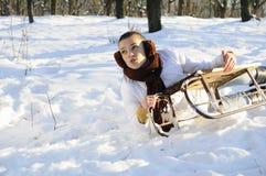 Mujer que tiene accidente en el trineo Fotografía de archivo