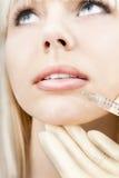 Mujer que tiene aumento del labio. Imagen de archivo libre de regalías
