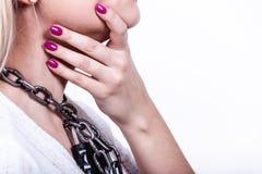 Mujer que tiene cadena con el candado en cuello Imágenes de archivo libres de regalías