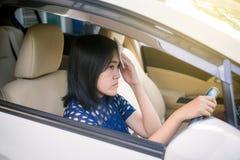 Mujer que tiene caliente porque una ola de calor en su coche, acondicionador de aire roto imágenes de archivo libres de regalías