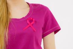Mujer que tiene cinta rosada del cáncer de pecho en la camiseta imagen de archivo