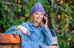Mujer que tiene conversación móvil Amigo de la llamada del smartphone de la muchacha Tacto de la estancia con smartphone moderno  foto de archivo libre de regalías