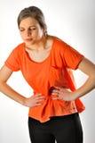 Mujer que tiene dolor abdominal Fotos de archivo
