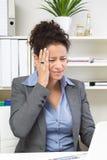Mujer que tiene dolor de cabeza Fotos de archivo