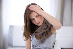 Mujer que tiene dolor de cabeza Imagen de archivo
