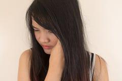 Mujer que tiene dolor de cabeza Imagenes de archivo