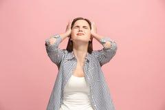 Mujer que tiene dolor de cabeza Aislado sobre fondo en colores pastel Imágenes de archivo libres de regalías