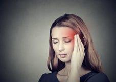 Mujer que tiene dolor de cabeza, jaqueca fotos de archivo libres de regalías