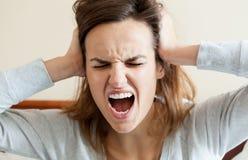 Mujer que tiene dolor de cabeza terrible Imagenes de archivo