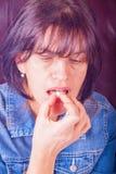 Mujer que tiene dolor de cabeza que toma una píldora Imágenes de archivo libres de regalías