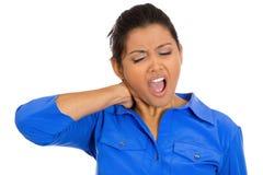 Mujer que tiene dolor de cuello Fotos de archivo