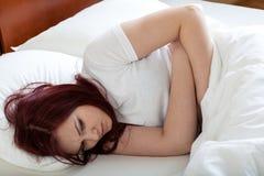 Mujer que tiene dolor de estómago Fotos de archivo