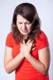 Mujer que tiene dolor en pecho fotos de archivo