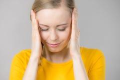 Mujer que tiene dolor principal Imagen de archivo libre de regalías