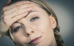 Mujer que tiene dolor principal Fotos de archivo libres de regalías