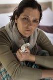Mujer que tiene fiebre y sudar imágenes de archivo libres de regalías