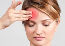 Mujer que tiene jaqueca del dolor de cabeza imagen de archivo