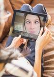 Mujer que tiene llamada video con el amigo en la tableta digital fotografía de archivo libre de regalías