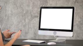 Mujer que tiene llamada video Visualización blanca metrajes