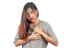 Mujer que tiene m?n problema de salud del ataque del coraz?n al dolor y al dolor, dolores y fotografía de archivo