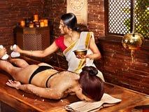 Mujer que tiene masaje con la bolsa del arroz. Imágenes de archivo libres de regalías
