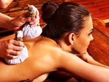 Mujer que tiene masaje con la bolsa del arroz. Fotografía de archivo libre de regalías