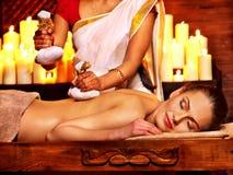 Mujer que tiene masaje con la bolsa del arroz imagen de archivo libre de regalías