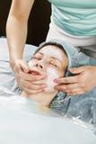 Mujer que tiene masaje de cara fotos de archivo
