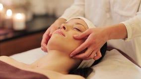 Mujer que tiene masaje de la cara y de la cabeza en el balneario almacen de video