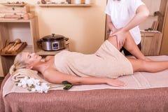 Mujer que tiene masaje de la pierna imagen de archivo