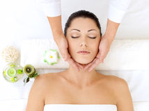 Mujer que tiene masaje de la pista en salón del balneario
