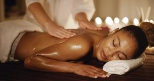 Mujer que tiene masaje de la terapia de la parte posterior almacen de metraje de vídeo