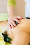 Mujer que tiene masaje de piedra caliente de la salud Fotos de archivo libres de regalías