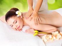 Mujer que tiene masaje del cuerpo en balneario de la naturaleza imagen de archivo