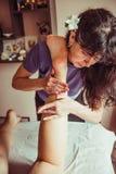 Mujer que tiene masaje del pie de los deportes Imagenes de archivo