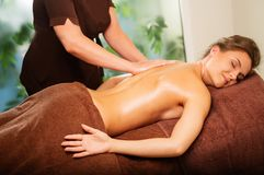 Mujer que tiene masaje en un balneario fotografía de archivo libre de regalías
