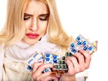 Mujer que tiene píldoras y tabletas. Fotos de archivo