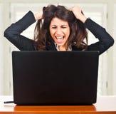 Mujer que tiene problemas con el ordenador Fotografía de archivo