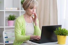 Mujer que tiene problemas con el ordenador Fotos de archivo libres de regalías