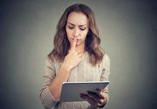 Mujer que tiene problemas con la tableta Fotos de archivo libres de regalías