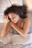 Mujer que tiene sueño de las buenas noches fotografía de archivo