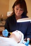 Mujer que tiene tratamiento cosmético de la abrasión de Dermo en el balneario Fotografía de archivo libre de regalías