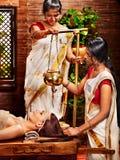 Mujer que tiene tratamiento del balneario de Ayurvedic. Fotografía de archivo libre de regalías