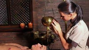 Mujer que tiene tratamiento del balneario de Ayurvedic metrajes