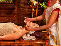 Mujer que tiene tratamiento del balneario del ayurveda Fotografía de archivo libre de regalías