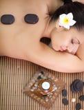 Mujer que tiene tratamientos de la belleza en el salón del balneario Imagen de archivo