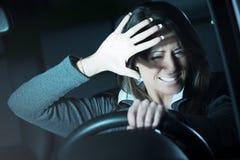 Mujer que tiene un accidente de tráfico fotografía de archivo