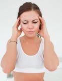Mujer que tiene un dolor de cabeza Imágenes de archivo libres de regalías