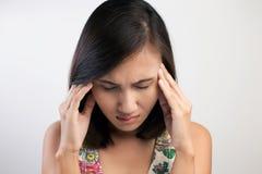 Mujer que tiene un dolor de cabeza Foto de archivo