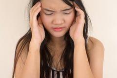 Mujer que tiene un dolor de cabeza Fotos de archivo
